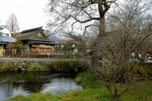 Oshino Hakkai adalah pemandangan rumah pertanian jerami, air, dan pepohonan