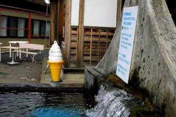 Вода здесь ледяная даже летом. Когда я приезжала в ноябре, следовать тому, что написано на табличке, было очень сложно