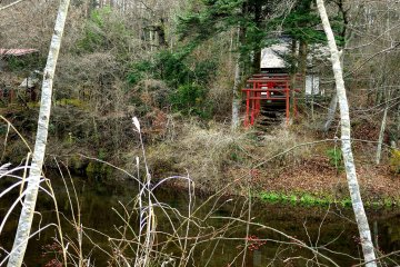 Маленький храм на берегах пруда Дэгути-икэ