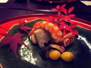 Crevettes et noix ginkgo, tempura de pommes de terre et champignons grillés