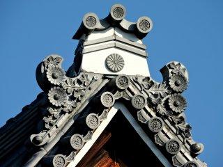 Ukiran bunga krisan pada puncak atap yang menakjubkan