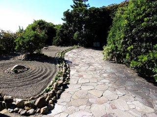 洞窟へと続く石畳の参道