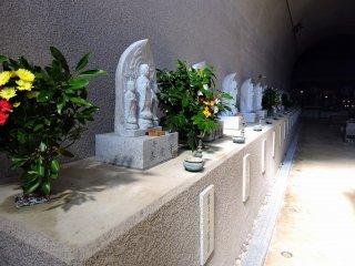 洞窟 ( トンネル ) の中には西国三十三所観音巡礼の各寺から寄進された33体の観音像が並んでいる。ここに来れば33カ所訪れることなく巡礼出来る!