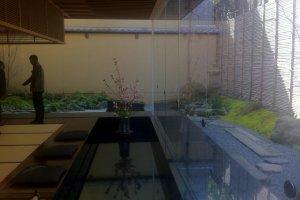 От пола до потолка, окна открывают вид на сад в новом конференц-зале