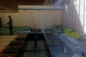 <p>От пола до потолка, окна открывают вид на сад в новом конференц-зале</p>