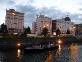 Gedung di sebelah kiri adalah Hotel Sonia. Gedung yang di tengah adalah sambungannya, Hotel Sonia II.