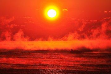 海霧に浮かぶ朝陽