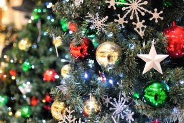 <p>Ослепительно&nbsp;сверкающее&nbsp;украшение,&nbsp;яркий рождественский&nbsp;Диамор</p>