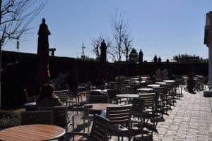 طاولات الاكل تحت أشعة الشمس