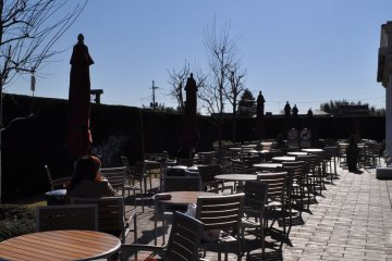 <p>在美食广场外面的露台座位享受明媚的阳光</p>
