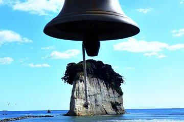 La campana en Gunkanjima (isla del acorazado) en Mitsuke-jaya. Con marea baja puedes caminar por la isla.