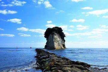 """Me pregunto, ¿cuántas islas en Japón son llamadas """"Gunkanjima"""" (isla del acorazado)? El viento estaba tranquilo y el mar en calma."""