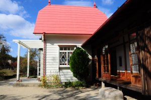"Perpaduan warna merah muda, putih, dan coklat khas rumah Satsuki dan Mei di film ""My Neighbor Totoro"""