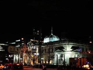 周囲のイルミネーションに融け込んだ歴史ある建物、日本銀行大阪支店