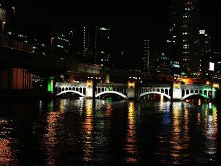 堂島川に架かる水晶橋。2種のアーチが絶妙に調和し、水面の光は水晶のようだ