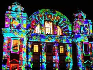 3Dの光の映像が非現実的な世界に誘う