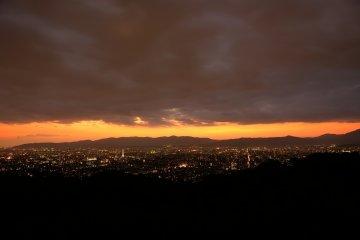 <p>Looking at the sunset over Mount Nishiyama from Shogun-zuka</p>