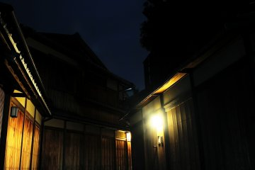 <p>Paved back street of Kodaiji Temple. This area is very popular with tourists.</p>