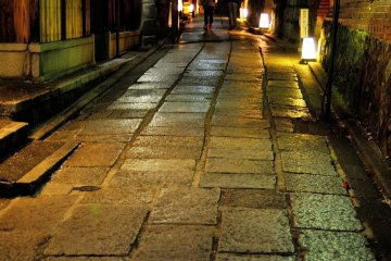 <p>Ishibe Koji (Stone Fence Street). Entoku-in Temple demolished a part of its garden to create this street.</p>