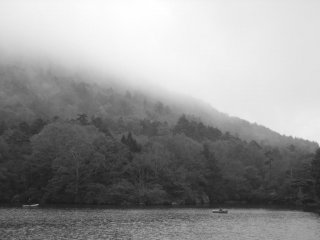 안개 낀 호수의 아름다움
