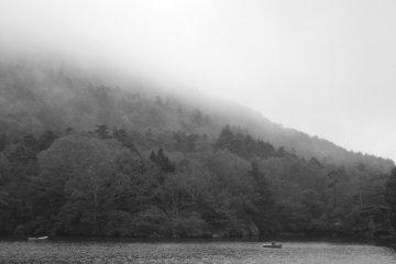 Hồ Yuno-ko ở Nikko trong mưa