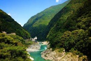 Sungai Yoshino mengalir melalui pegunungan