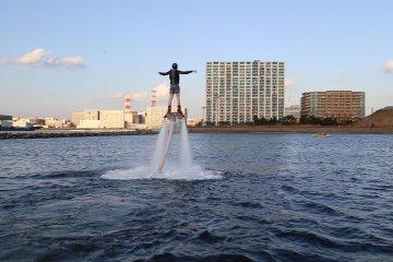 Andar de Flyboard na Torre Portuária de Chiba