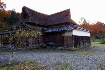 공원에서 초가 지붕의 전통적인 옛 일본 집