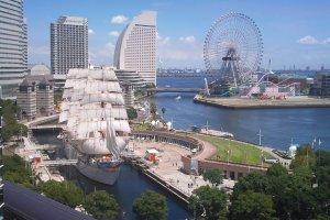 PelabuhanYokohama dengan kapal Nippon Maru dan kincir ria Yokohama Cosmoworld