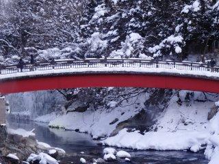 Salju yang menutupi jembatan di Onsen Yunishigawa