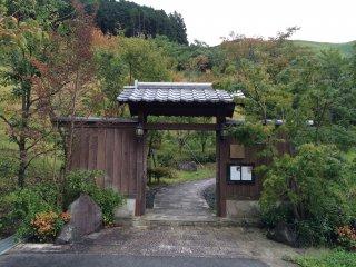 この門から長く伸びる庭を通り建物に入る。手入れされた庭と阿蘇の山並みの借景が融合している。