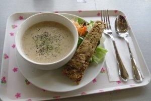 Salah satu sup hari itu, jamur, dengan satu bar sereal dan sebuah salad kecil