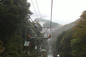 Pemandangan jembatan menuju langit dari chairlift, yang sayangnya tertutup kabut