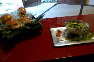 Trà xanh truyền thống và một số đồ ngọt của Nhật Bản.