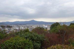 船岡山より比叡山を