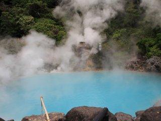 코발트 블루색의 연못