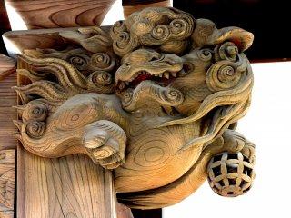 Tượng shishi chạm khắc đang cầm một quả bóng