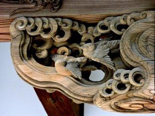 Đôi chim sẻ dưới mái hiên