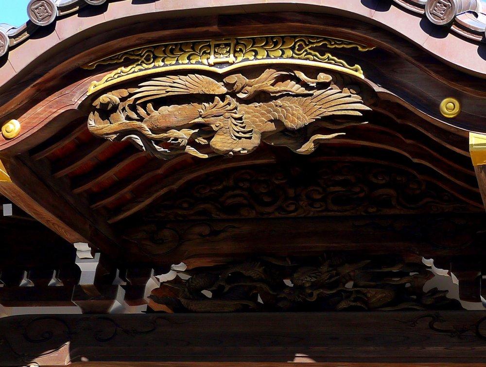 Đền chính được trang trí với các bức phượng hoàng chạm khắc gỗ