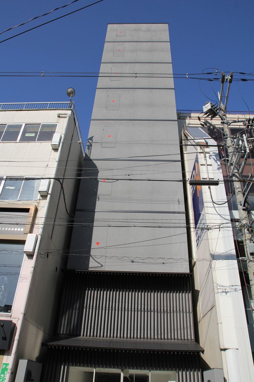 Здание - без окон, без дверей, полна горница людей.