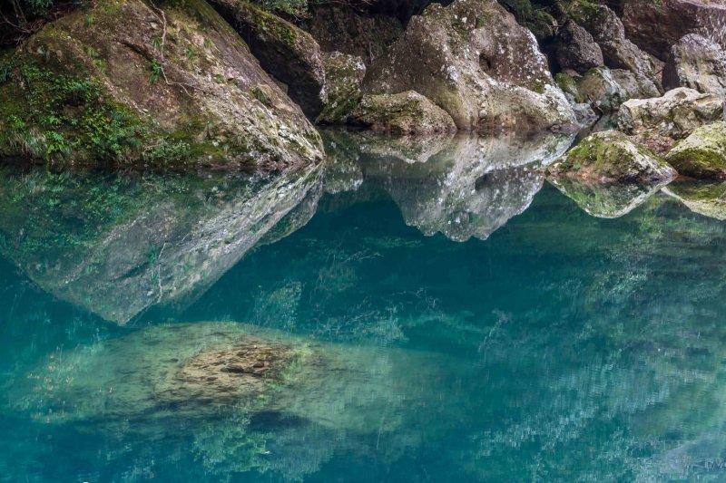 Кобальтово-голубая вода недалеко от начала пути