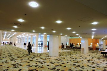 <p>The spacious lobby. There are usually comfortable sofas in the lobby, but on this day they were taken away and replaced with some New Year decorations.</p>