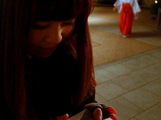 Setelah berdoa, dapatkan kertas ramalan omikuji