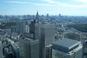 Вид со смотровой площадки на другие высотные здания в Синдзюку