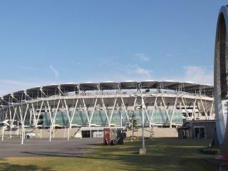 Сам стадион и другая скульптура