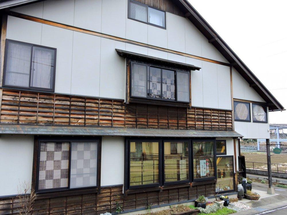 Antique Cafe Zatto Mukashi nằm ở giữa bờ sông Shiroishi và ga  JR Funaoka