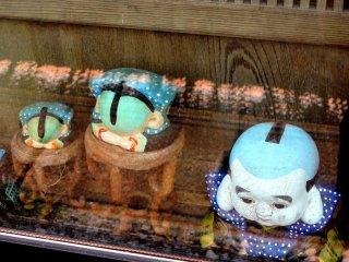 Búp bê Nhật dễ thương bên trong tủ kính trưng bày