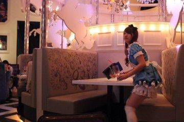 <p>Официантки в платьях Алисы</p>
