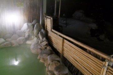 <p>Outdoor hot spring bath, overlooking snowy surroundings</p>