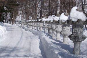 Con đường tuyết đến đền suối nước nóng